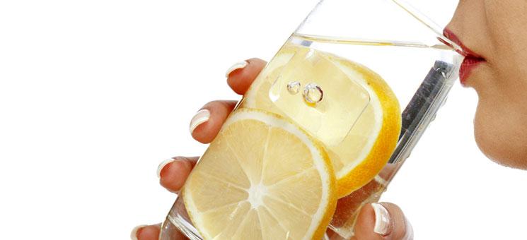 H αλήθεια για το νερό με λεμόνι