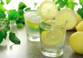 Νερό με λεμόνι: Είναι τόσο καλό για να είναι αληθινό;