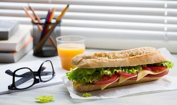 5 διατροφικές συνήθειες που σκοτώνουν την παραγωγικότητα στο γραφείο