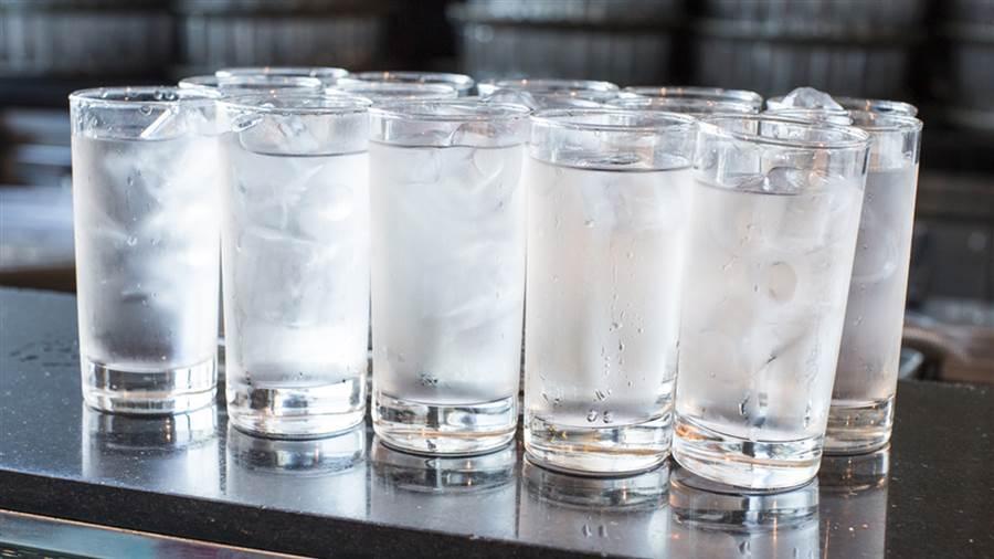 Πως βοηθάει το παγωμένο νερό να καίμε περισσότερες θερμίδες