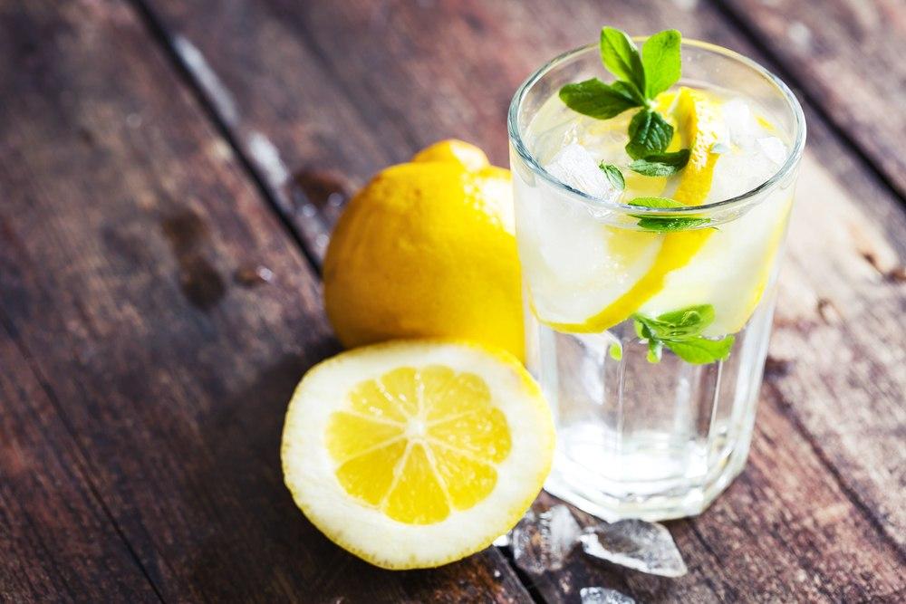 Σε τι βοηθάει τον οργανισμό η κατανάλωση νερού με λεμόνι