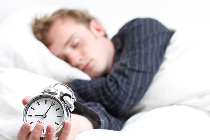 Οι επιπτώσεις στον οργανισμό σου αν κοιμάσαι με νεύρα