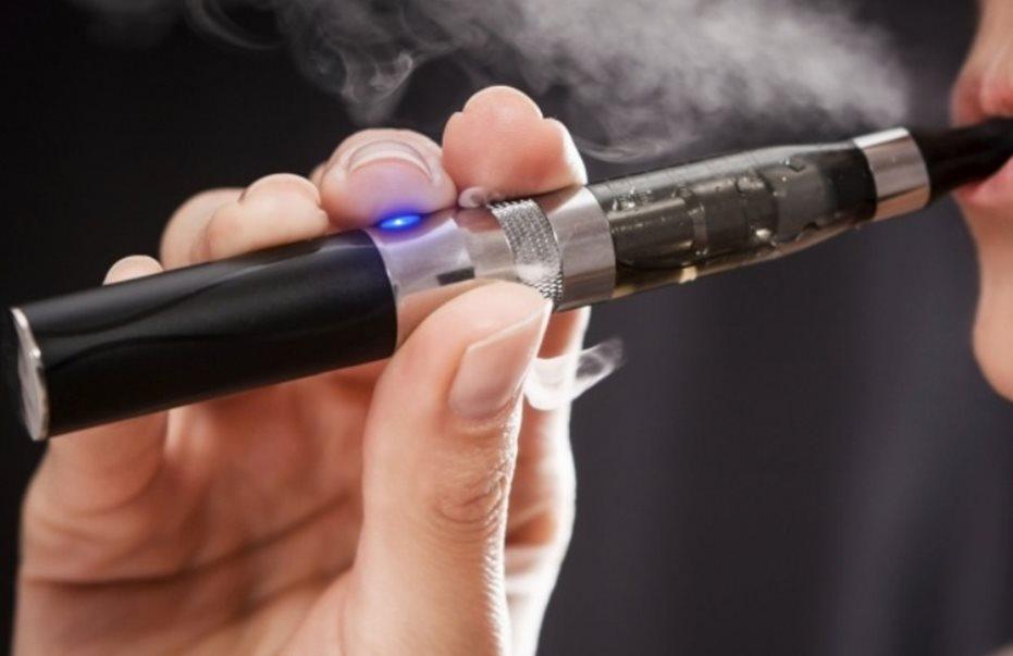 Νέα έρευνα από επιστήμονες δείχνει ότι το ηλεκτρονικό τσιγάρο είναι λιγότερο επικίνδυνο από το κανονικό